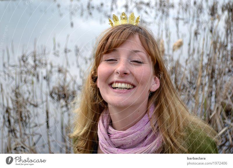 Musik   Der Froschkönig Mensch Frau Natur Wasser Freude Erwachsene Gefühle feminin lachen blond Fröhlichkeit langhaarig Schmuck Schilfrohr Teich Märchen