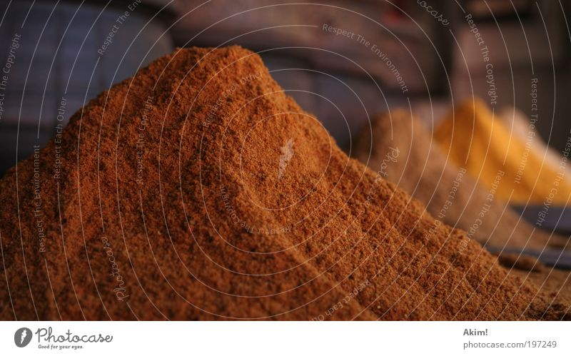Gewürzvulkan Kräuter & Gewürze Ernährung gelb gold Appetit & Hunger rein kochen & garen Marokko Marktstand Curry Farbfoto Außenaufnahme Menschenleer