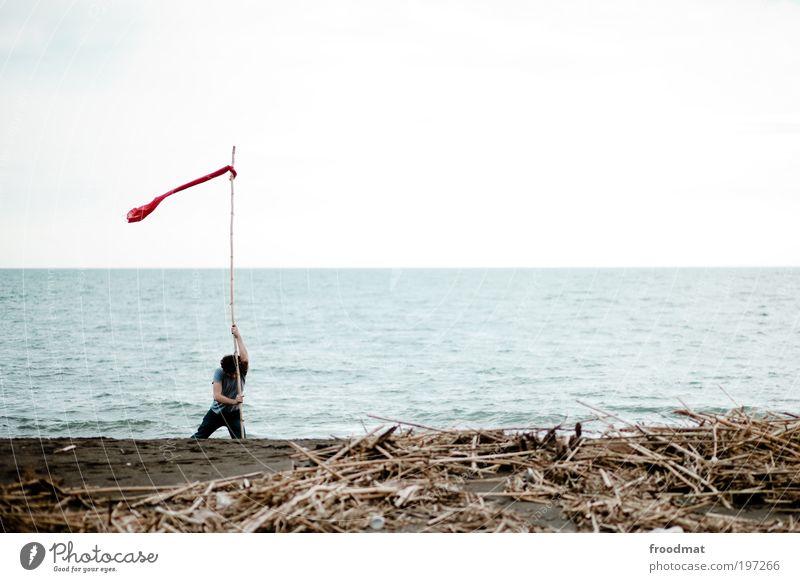 capture the flag Mensch Mann Wasser Meer Strand Einsamkeit Erwachsene Bewegung Wege & Pfade Arbeit & Erwerbstätigkeit Wind Schilder & Markierungen maskulin