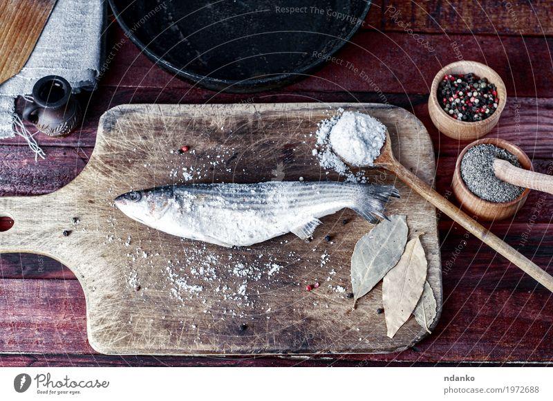 Frischer Fisch roch Gewürze zum Kochen auf einem Küchenbrett Lebensmittel Kräuter & Gewürze Ernährung Essen Schalen & Schüsseln Pfanne Löffel Tisch Natur Holz