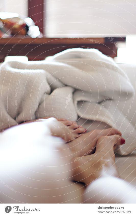 Same Same But Different Mensch Erholung Liebe Glück Beine Paar Fuß Zusammensein liegen schlafen Romantik berühren festhalten Vertrauen Leidenschaft Partner