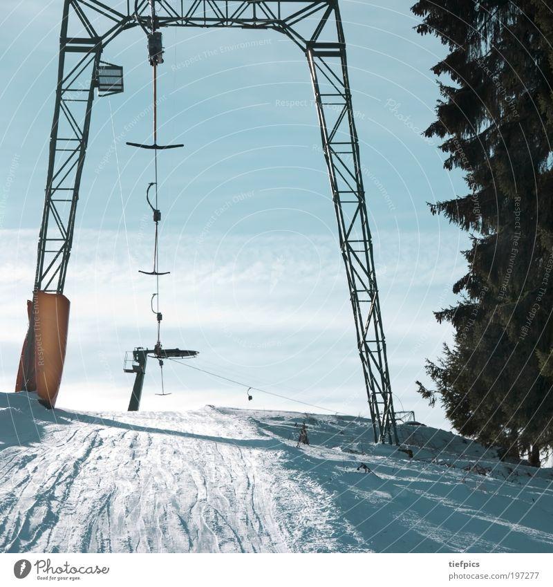 einsam im lift. Himmel blau Baum Ferien & Urlaub & Reisen Winter Einsamkeit kalt Schnee Berge u. Gebirge Klima Alpen Schönes Wetter Tanne Säule Wintersport stagnierend