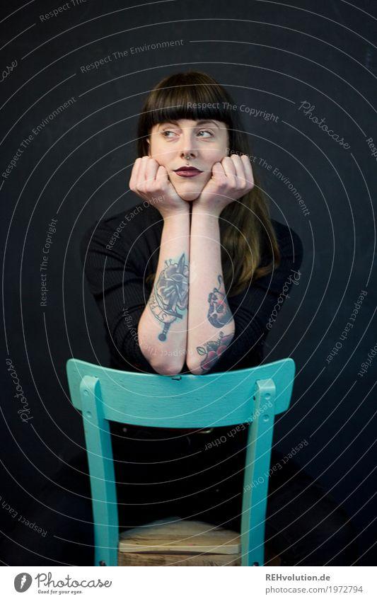 Carina | gelangweilt Stil Lippenstift Möbel Stuhl Student Mensch feminin Junge Frau Jugendliche Erwachsene 1 18-30 Jahre Kultur Tattoo Piercing Haare & Frisuren
