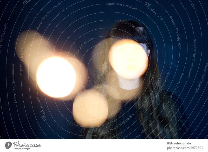 Carina | hinter Leuchtkugeln Stil Mensch feminin Junge Frau Jugendliche Erwachsene 1 18-30 Jahre Haare & Frisuren brünett langhaarig Pony leuchten