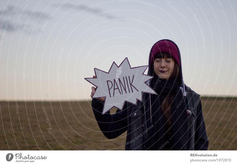 Carina | Panik? Stil Lippenstift Mensch feminin Junge Frau Jugendliche Erwachsene 1 18-30 Jahre Umwelt Natur Landschaft Himmel Herbst Wiese Feld Jacke Mütze