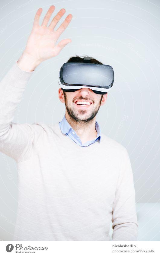 Mann mit VR-Brille winkt Spielen Cyberspace virtual reality simulator Computerspiel Expedition Erfolg Büro Medienbranche Business Sitzung Headset Freude