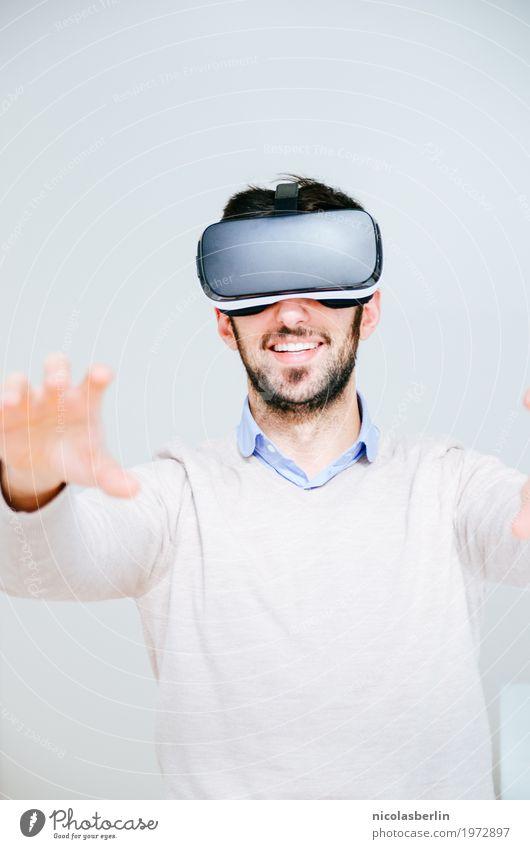 Lost in VR Jugendliche Junger Mann Freude Spielen Business Design Büro Technik & Technologie Erfolg Lächeln Brille Internet Werbung Sitzung Fernsehen Expedition