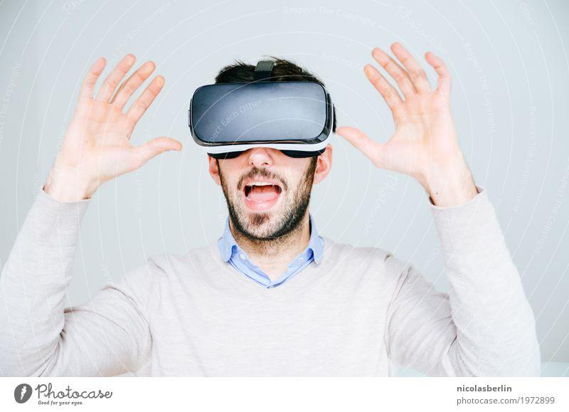 Mann mit VR-Brille erschreckt und hebt die Hände auf weißem Hintergrund virtuell virtuelle realität virtual reality simulator Freude erstaunt Spielen