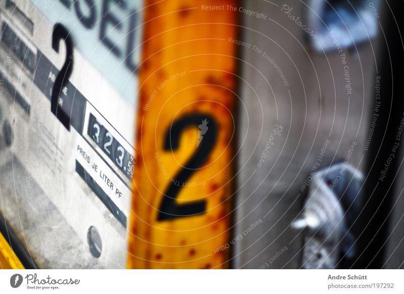Tankstelle 2050 ::: 3/3 alt gelb kaputt verfallen Erdöl Klimawandel Schilder & Markierungen Benzin Tankstelle Rohstoffe & Kraftstoffe Diesel tanken Energiekrise Zapfsäule Nummerntafel außer Betrieb