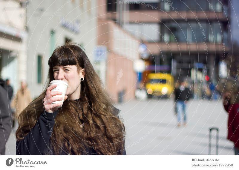 Carina | Coffee 2 go Getränk trinken Heißgetränk Kaffee Becher kaufen Stil Mensch feminin Junge Frau Jugendliche Erwachsene 1 18-30 Jahre Kleinstadt Stadt
