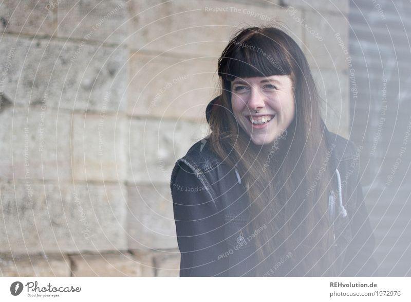 Carina | lacht Lifestyle Stil Freizeit & Hobby Mensch feminin Junge Frau Jugendliche Gesicht 1 18-30 Jahre Erwachsene Haus Bahnhof Mauer Wand Haare & Frisuren