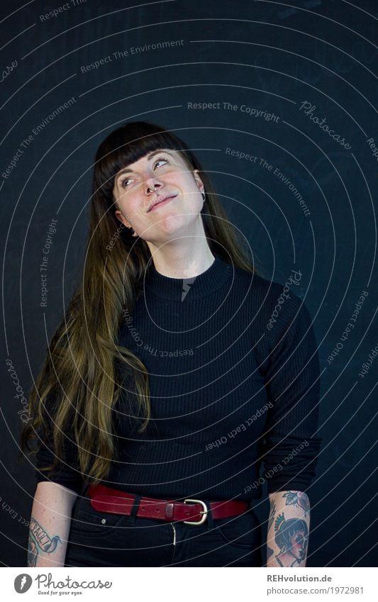 Carina | verschwärmt Mensch feminin Frau Erwachsene 1 18-30 Jahre Jugendliche Tattoo Piercing Haare & Frisuren brünett langhaarig Pony Denken Lächeln träumen