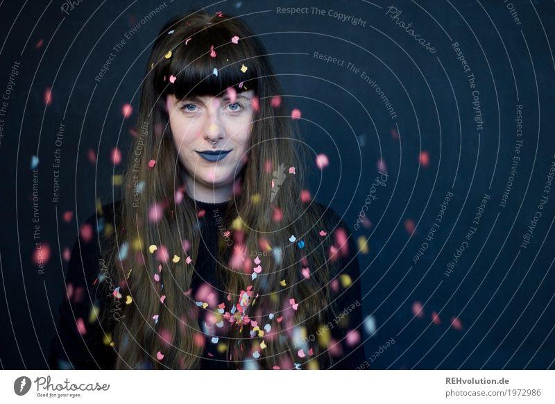 Carina | Konfetti Mensch feminin Junge Frau Jugendliche Erwachsene Gesicht 1 18-30 Jahre Haare & Frisuren brünett langhaarig Pony Lächeln außergewöhnlich
