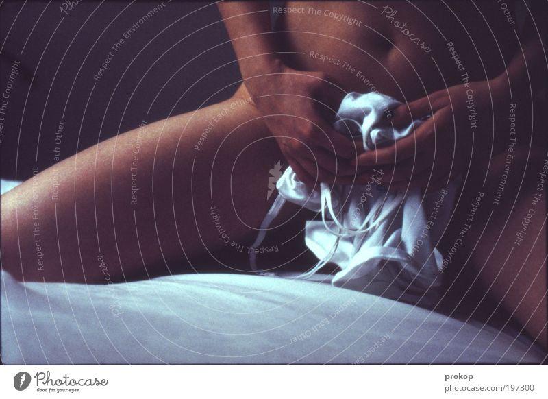 E. Ro-Tique Mensch Frau Jugendliche Hand schön Akt Erwachsene dunkel feminin Erotik nackt Junge Frau Beine Körper 18-30 Jahre sitzen