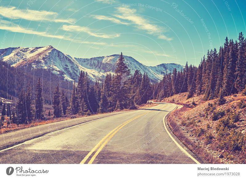 Retro- Farbe tonte Rocky Mountains-Straße. Ferien & Urlaub & Reisen Ausflug Abenteuer Freiheit Sightseeing Landschaft Wege & Pfade Autobahn fahren weitergeben