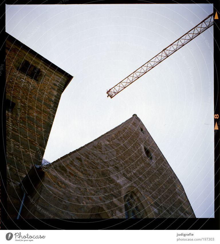 Erfurt alt Haus dunkel Architektur Gebäude Kraft Baustelle Technik & Technologie Vergänglichkeit Bauwerk Konstruktion Kran bauen eckig Altstadt Licht