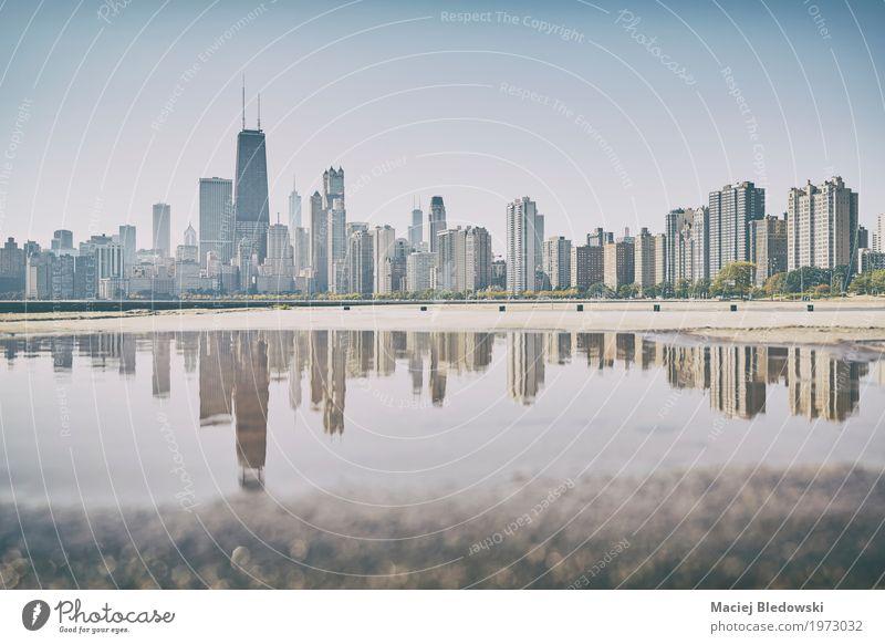 Stadt Architektur Straße Gebäude Hochhaus retro USA einzigartig Sehenswürdigkeit Skyline Wahrzeichen Denkmal Stadtzentrum Kleinstadt Pfütze Chicago