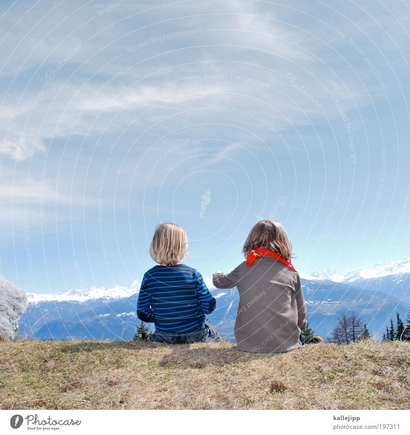 schau - da kommt heidi. Mensch Kind Baum Pflanze Ferien & Urlaub & Reisen Winter Ferne Landschaft Freiheit Berge u. Gebirge Junge Gras Freundschaft Kindheit Ausflug wandern