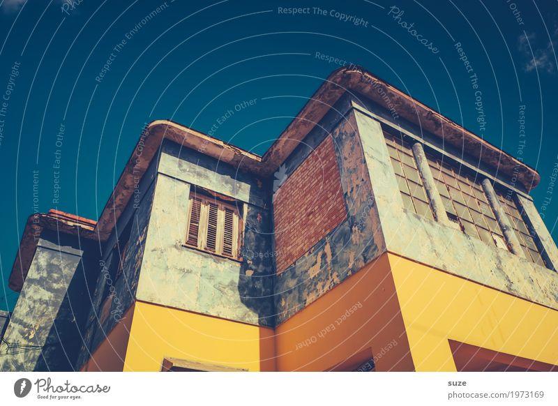 Loftiges Ferien & Urlaub & Reisen alt blau Haus Fenster Architektur Wärme gelb Fassade Häusliches Leben retro dreckig Kultur trist Armut kaputt