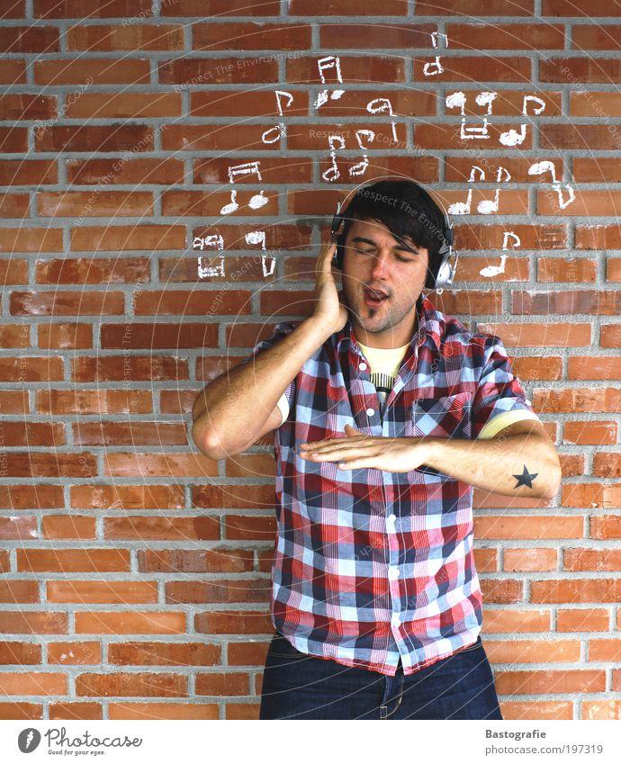 please don´t stop the music Mensch Mann Jugendliche Party Gefühle Musik Erwachsene maskulin verrückt Stein Rock hören Backstein Kreativität Tattoo Kopfhörer