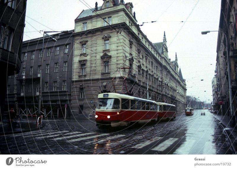 Prag 3 Straßenbahn S-Bahn Eisenbahn Gleise Stadt Mitte Verkehrsmittel Zebrastreifen Ampel Sowjetunion Haus Stadtentwicklung Krach Verkehrswege Regen Fahrplan