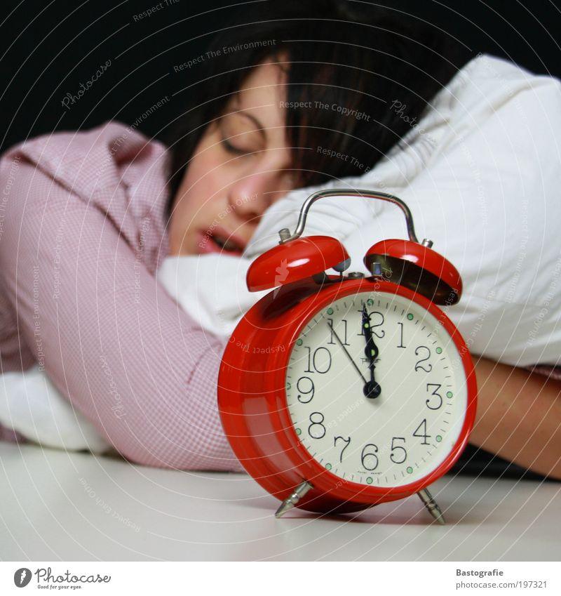 kurz vor 12 Mensch rot Erholung träumen schlafen retro Bett Pause Uhr Stress Schaf spät Kissen Morgen Erschöpfung aufwachen