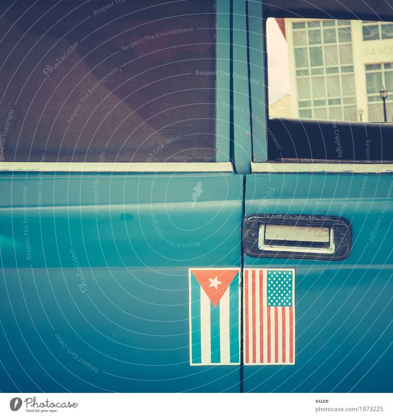 Tür auf, Tür zu Verkehrsmittel Straße PKW Oldtimer Zeichen Fahne alt retro blau Krise Politik & Staat rebellieren Konflikt & Streit Vergangenheit