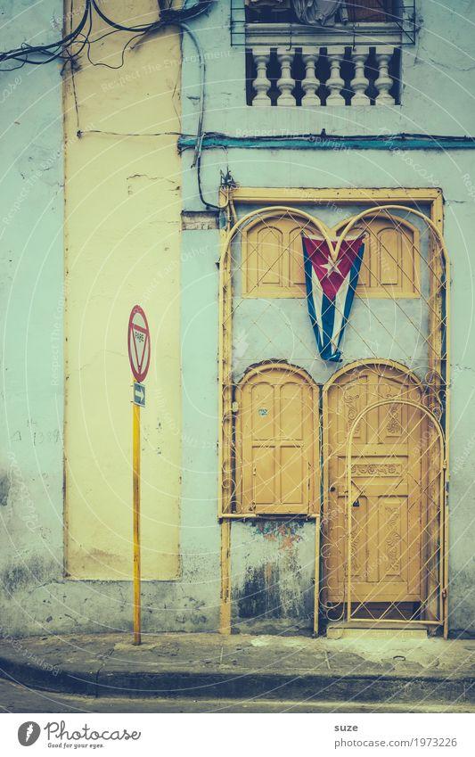 Aufgehübscht Ferien & Urlaub & Reisen Stadt Haus Straße Freiheit Fassade dreckig Tür retro trist Kultur Armut geschlossen kaputt Vergänglichkeit