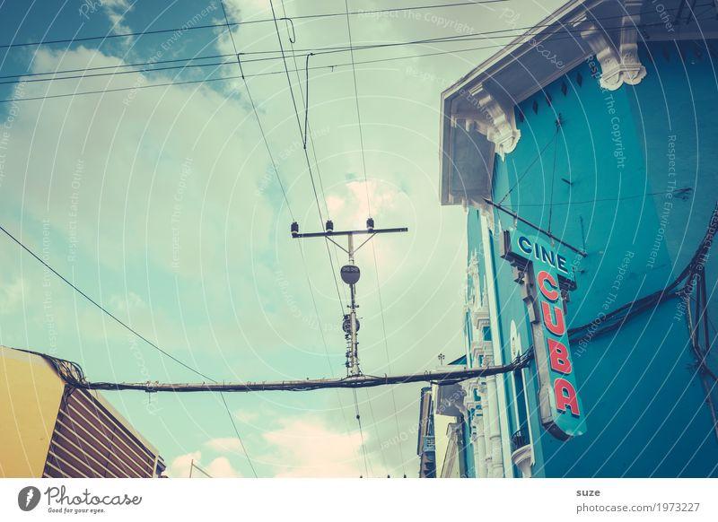 Spannung | Gut abgehangen Himmel Ferien & Urlaub & Reisen blau Stadt Haus Reisefotografie Straße gelb Wege & Pfade Fassade retro Schriftzeichen