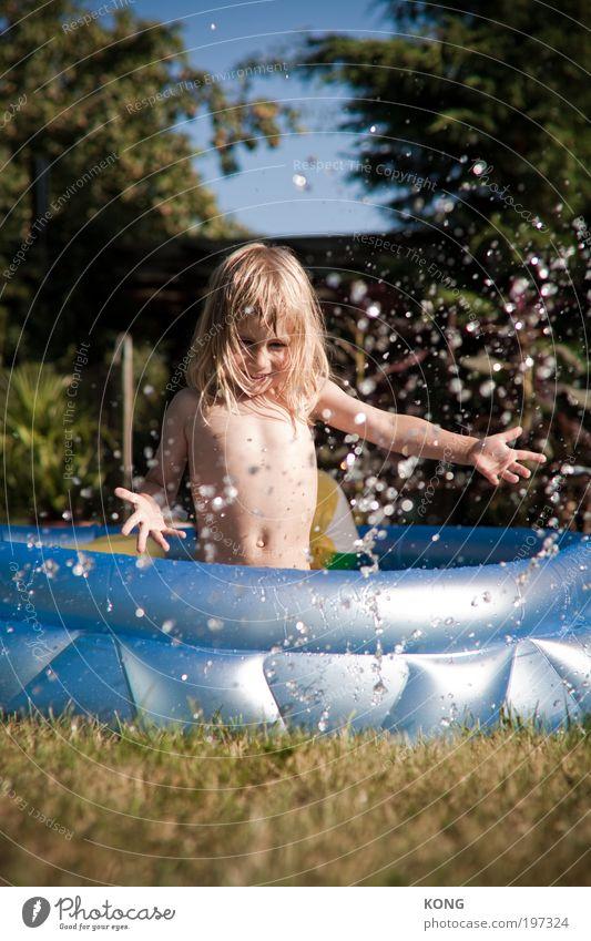 der plansch Kind Kleinkind Junge 1 Mensch 3-8 Jahre Kindheit Wasser Wassertropfen langhaarig Planschbecken Schwimmbad Schwimmen & Baden frei Fröhlichkeit frisch