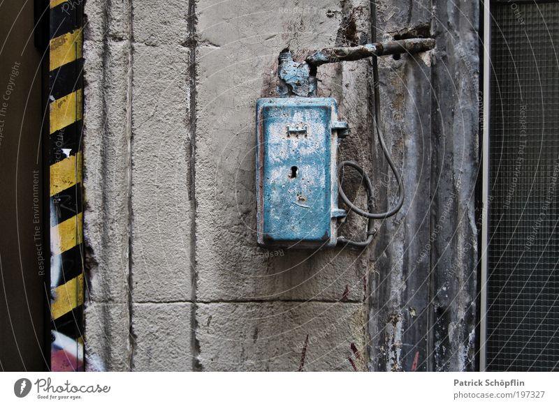 e² blau schwarz Haus gelb dunkel kalt Wand grau Stein Mauer Metall Glas Fassade Beton Energiewirtschaft Kabel