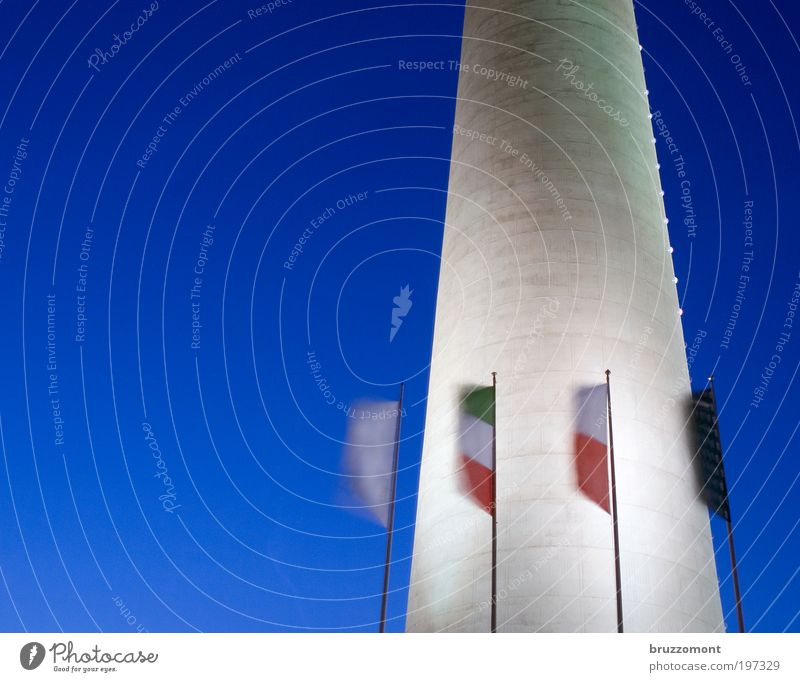 Flagge zeigen Himmel blau Wind Beton Fahne Turm Nachthimmel Bauwerk Düsseldorf wehen Fernsehturm Fahnenmast flattern Nordrhein-Westfalen Wolkenloser Himmel