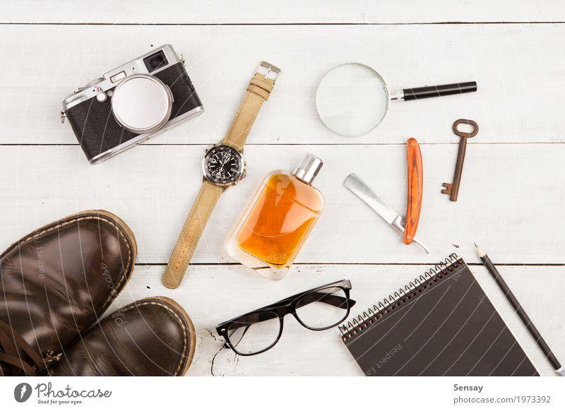 Reisekonzept - Satz des kühlen Materials mit Kamera und anderen Sachen Ferien & Urlaub & Reisen Mann weiß Erwachsene Mode Büro Aussicht Schuhe Tisch Fotografie