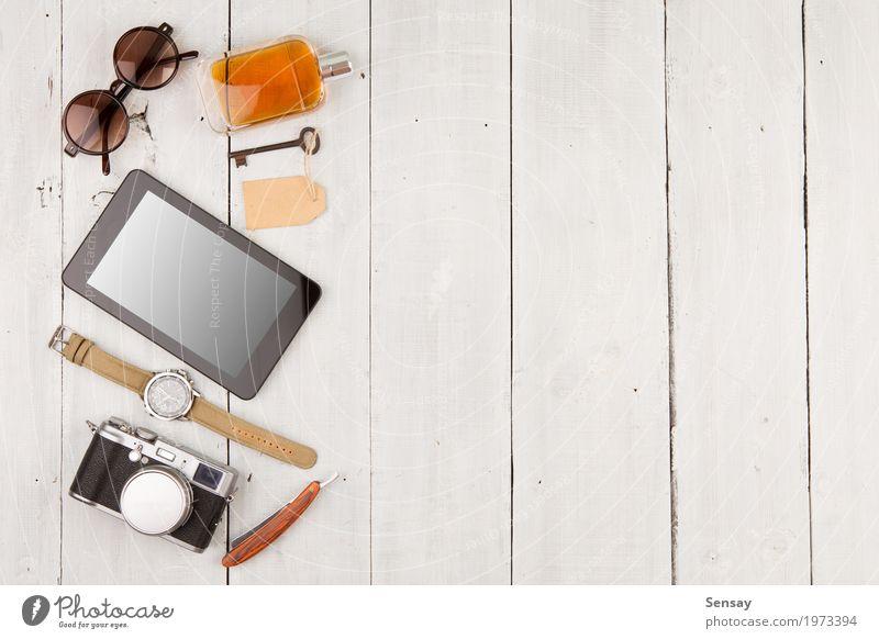 Reisekonzept - Satz coole Sachen mit Kamera Ferien & Urlaub & Reisen Mann weiß Erwachsene Mode Büro Aussicht Tisch Computer Fotografie beobachten Dinge Coolness