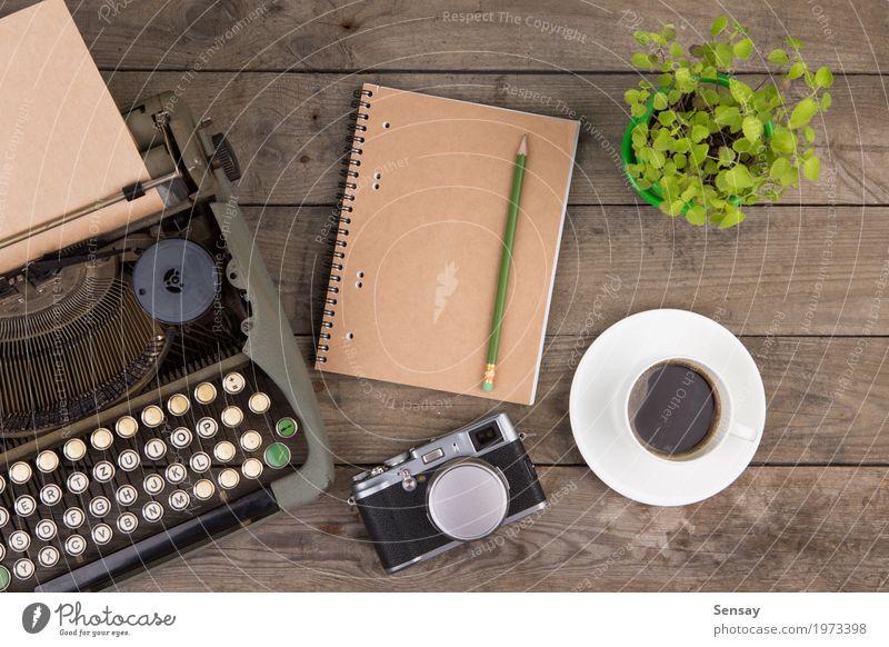 alt Pflanze grün Holz Design Textfreiraum Büro retro Tisch Buch Papier Information Kaffee schreiben Spuren Fotokamera
