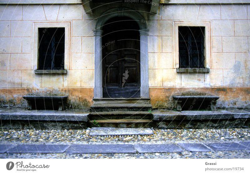Tessin Kanton Tessin Haus Tür Geometrie Spiegelbild Eingang Straße Fenster Treppe Bank Ruhepunkt Steinplatten Kopfsteinpflaster Pflastersteine Steinweg