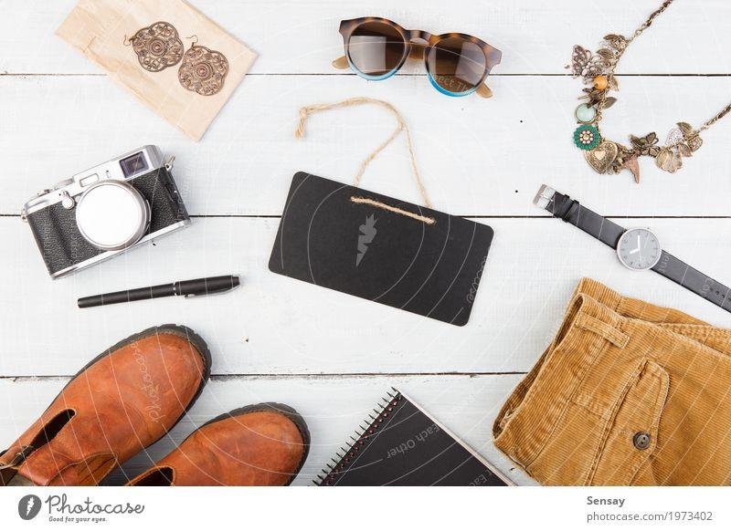 Verkaufskonzept - Satz des coolen Frauenmaterials kaufen Stil Ferien & Urlaub & Reisen Tourismus Tisch Tafel Fotokamera Mädchen Erwachsene Bekleidung Leder