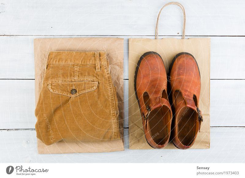 Verkaufskonzept - Satz des coolen Frauenmaterials Lifestyle kaufen Stil Design Ferien & Urlaub & Reisen Tourismus Tisch Bekleidung Hose Leder Schuhe Stiefel