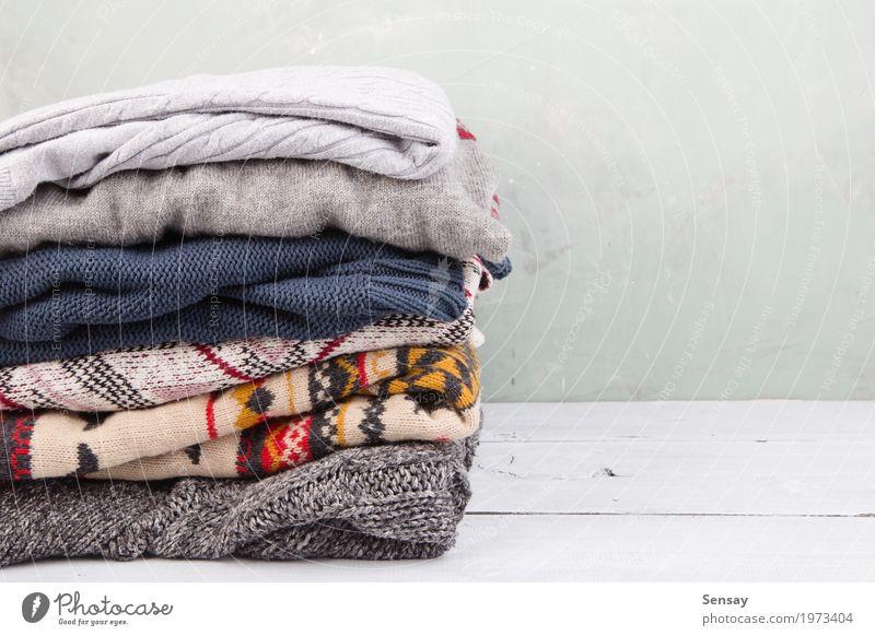 warme Pullover auf dem Tisch gestapelt stricken Winter Herbst Wärme Mode Bekleidung Stoff Holz weich weiß bequem Stapel Wolle Strickwaren fallen Anhäufung