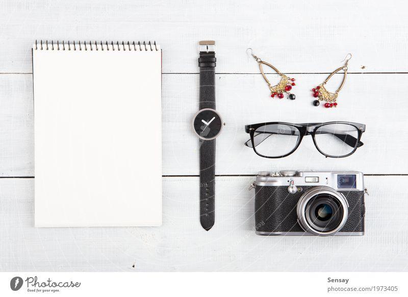 Frauenreisekonzept - Satz Kamera, Notizblock, Uhr usw. Ferien & Urlaub & Reisen alt weiß rot Mädchen schwarz Erwachsene Holz klein Business Büro retro Aussicht
