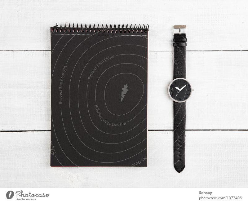 Notizblock und Uhren auf dem Schreibtisch Design Ferien & Urlaub & Reisen Tourismus Tisch Arbeit & Erwerbstätigkeit Büro Business Mann Erwachsene Buch Leder