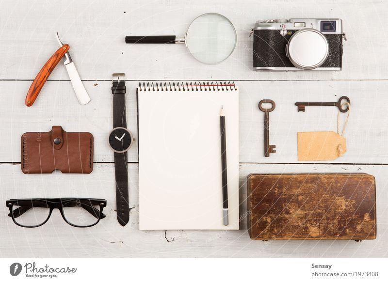Reisekonzept - Satz coole Sachen mit Kamera Ferien & Urlaub & Reisen Mann weiß Erwachsene Mode Büro Aussicht Tisch Fotografie beobachten Dinge Coolness Hotel