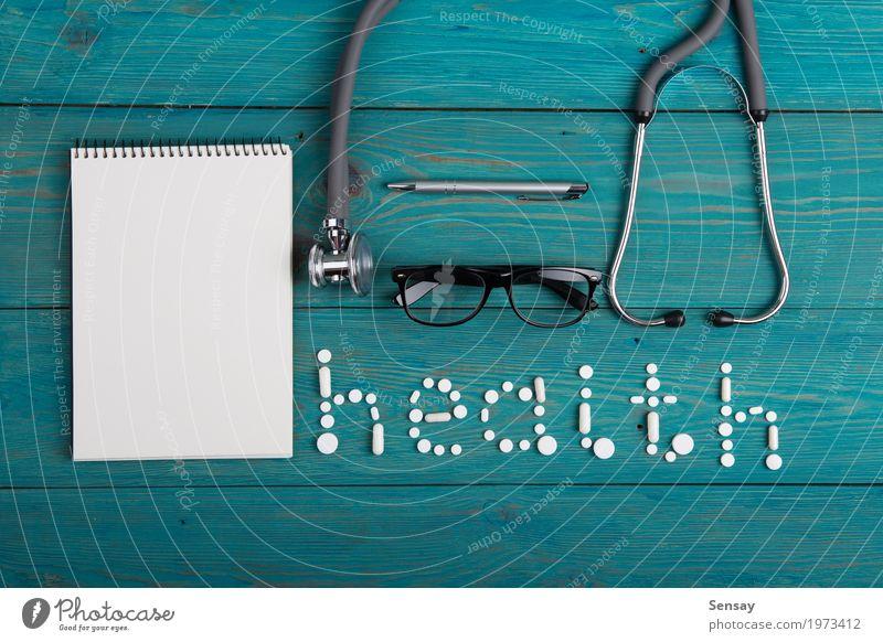 Gesundheitskonzept - Pillen, Stethoskop auf dem hölzernen Schreibtisch Gesundheitswesen Medikament lesen Tisch Wissenschaften Arzt Arbeitsplatz Büro Krankenhaus