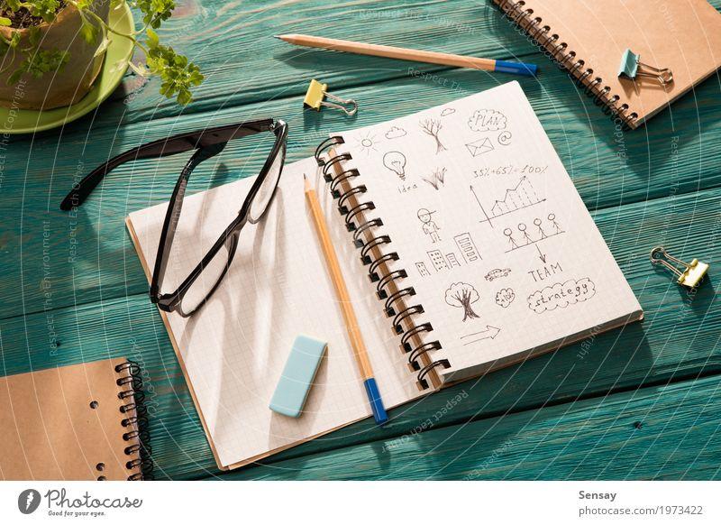 Notizblock mit Skizze auf dem Schreibtisch unter Sonnenlicht Tisch Arbeitsplatz Büro Business Umwelt Baum Blume Papier Schreibstift Holz natürlich blau grün