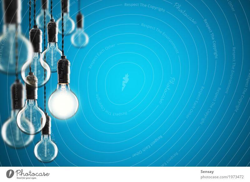 Ideen- und Führungskonzeptbirnen auf Farbwand Design Lampe Erfolg Wissenschaften Technik & Technologie alt hell blau gelb Energie Farbe Kreativität Hintergrund