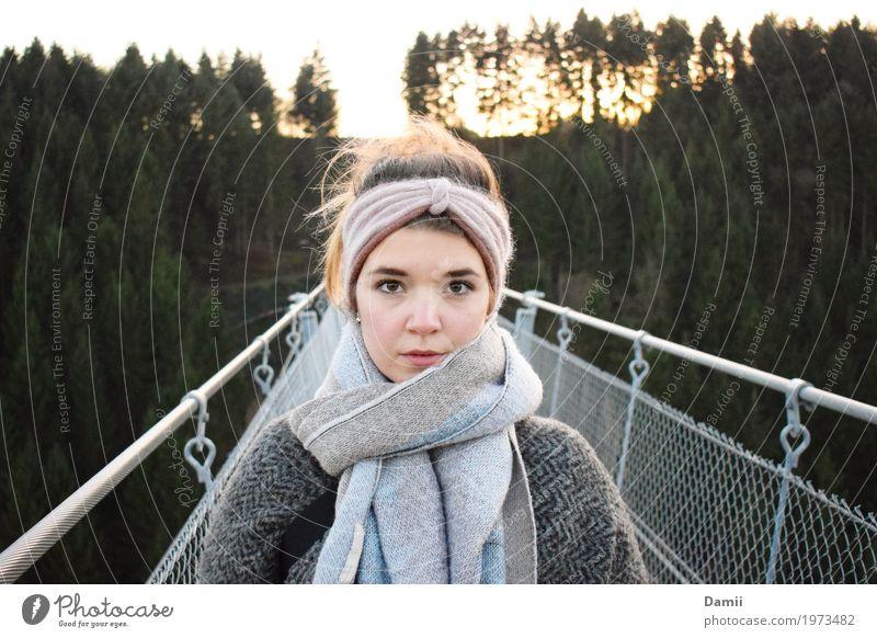 Direkt feminin Junge Frau Jugendliche 1 Mensch 18-30 Jahre Erwachsene Brücke Hängebrücke Mantel Schal Stirnband Stahl stehen träumen wandern Freundlichkeit