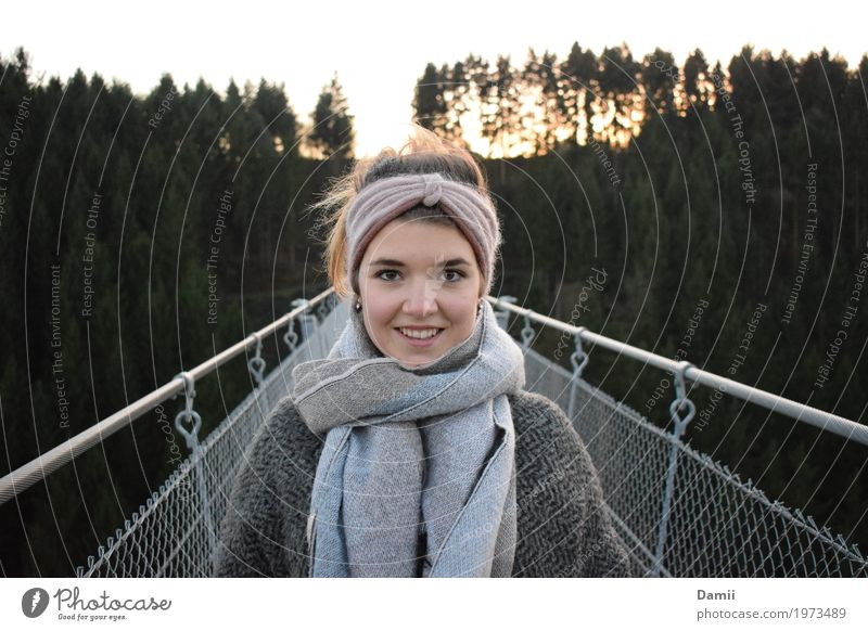 Geierlay Leben feminin Junge Frau Jugendliche 1 Mensch 18-30 Jahre Erwachsene Winter Brücke Hängebrücke Mantel Schal brünett Lächeln Freundlichkeit Fröhlichkeit
