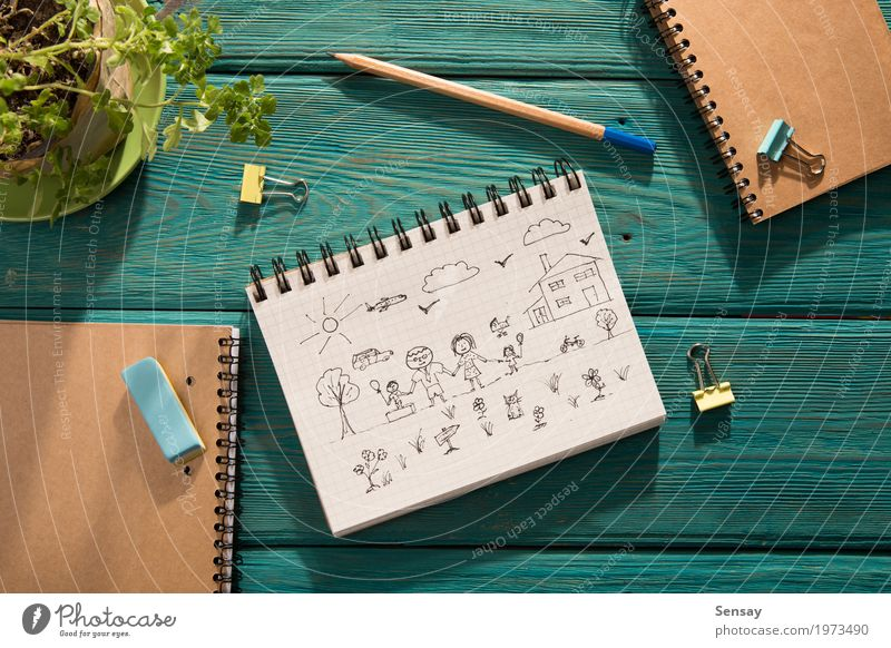 Glückliches Familienkonzept - skizzieren Sie im Notizbuch Design Ausflug Sonne Haus Schreibtisch Tisch Kind Schule Arbeitsplatz Mutter Erwachsene Vater