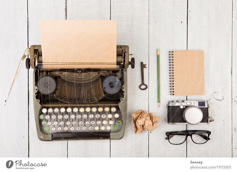 Arbeitsplatz des Verfassers - hölzerner Schreibtisch mit Weinleseschreibmaschine Kaffee Tee lesen Tisch Arbeit & Erwerbstätigkeit Büro Fotokamera Papier