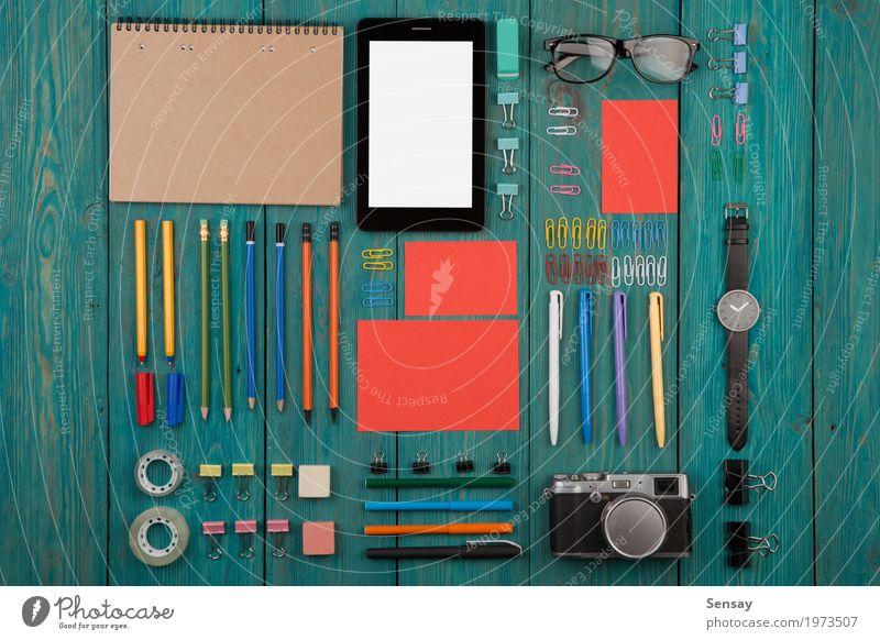 Arbeitsplatz mit Tabletten-PC, Kamera, Uhr blau weiß Holz Business braun oben Arbeit & Erwerbstätigkeit Büro Aussicht Tisch Computer Fotografie beobachten